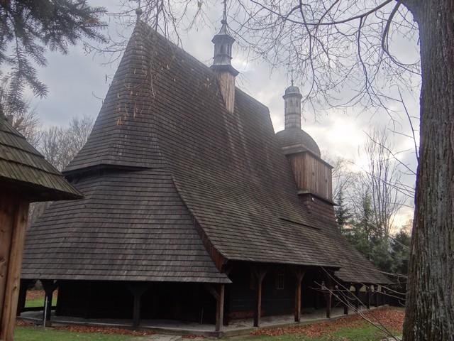 Zabytkowy drewniany kościół w Sękowej