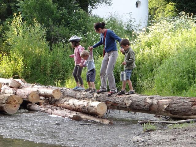 W Beskidzie Niskim z dziećmi - przeprawa przez rzekę